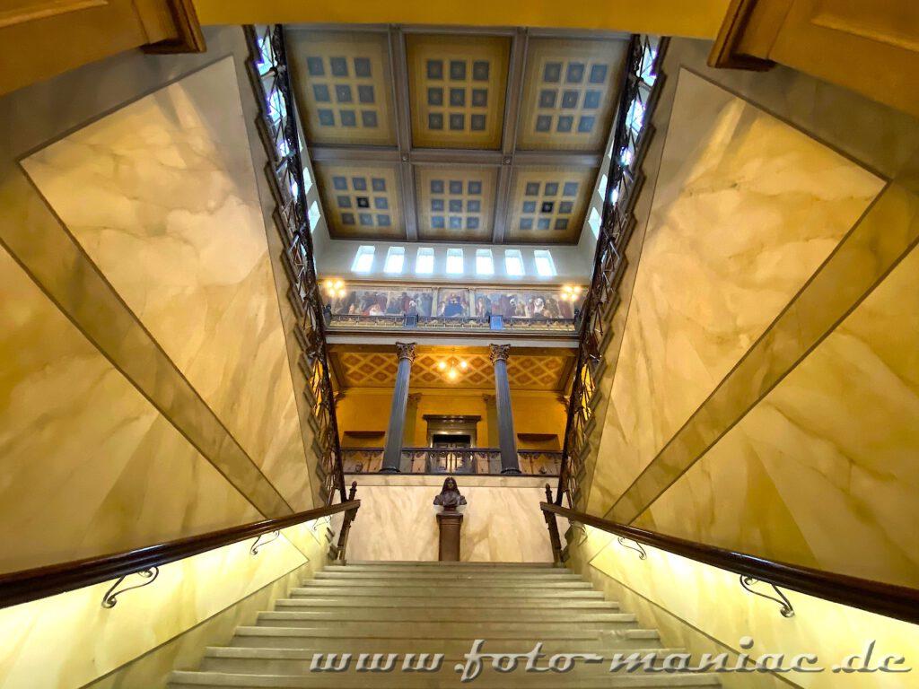 Treppe im Löwengebäude der Uni Halle