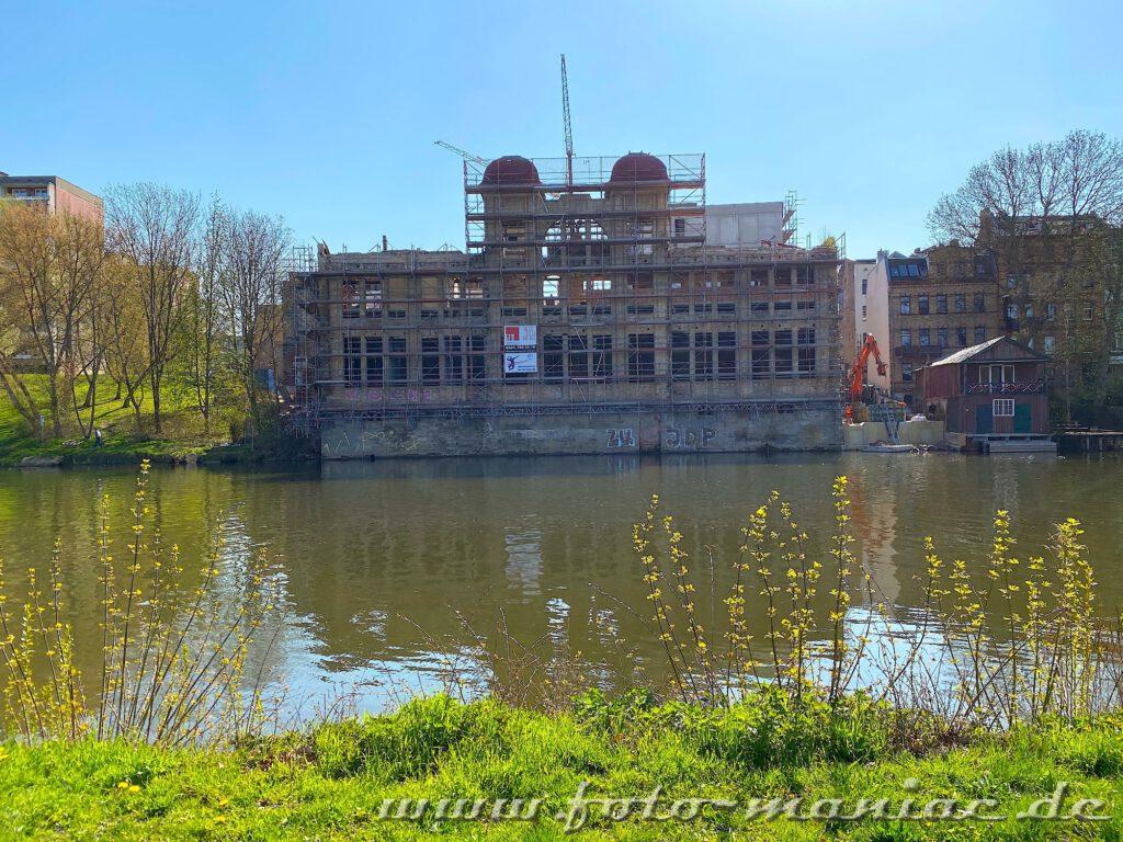 Blick auf die rückgebaute Jugendstilfassade der alten Freyberg-Brauerei in Halle