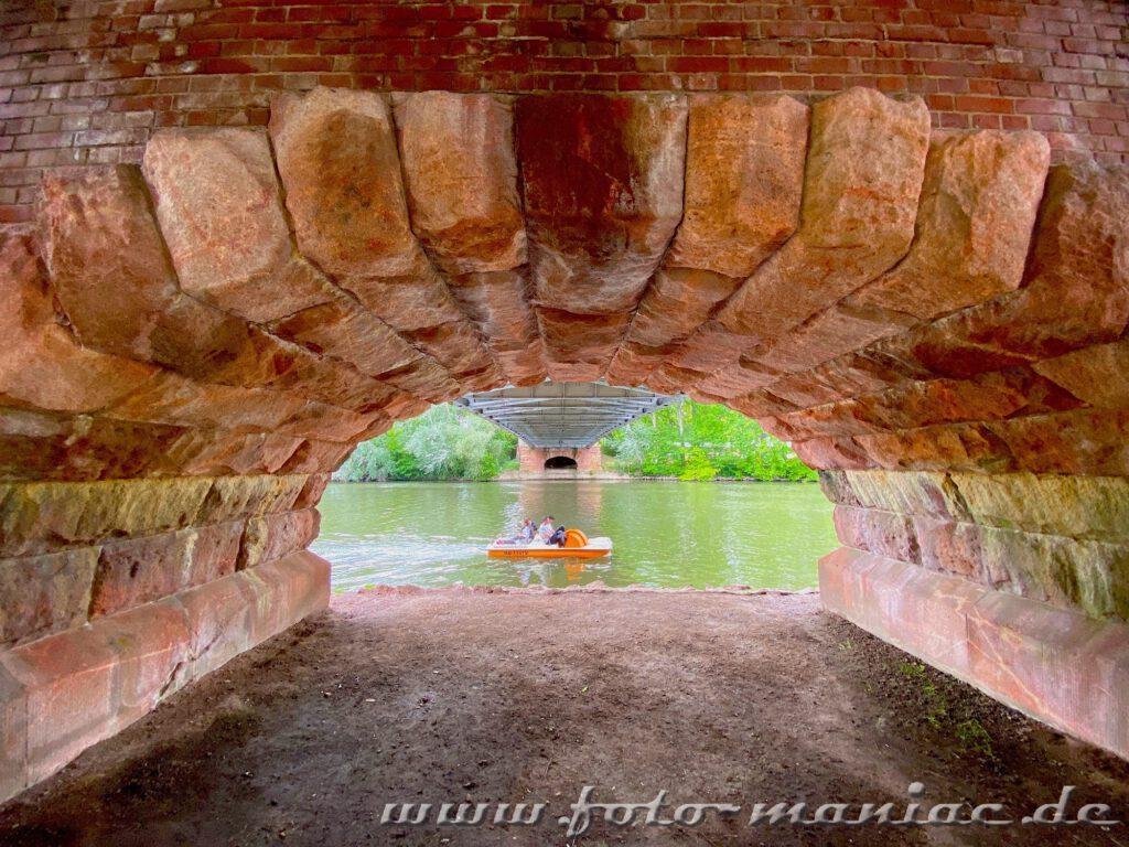 Blick durch eine Brücke auf ein Boot