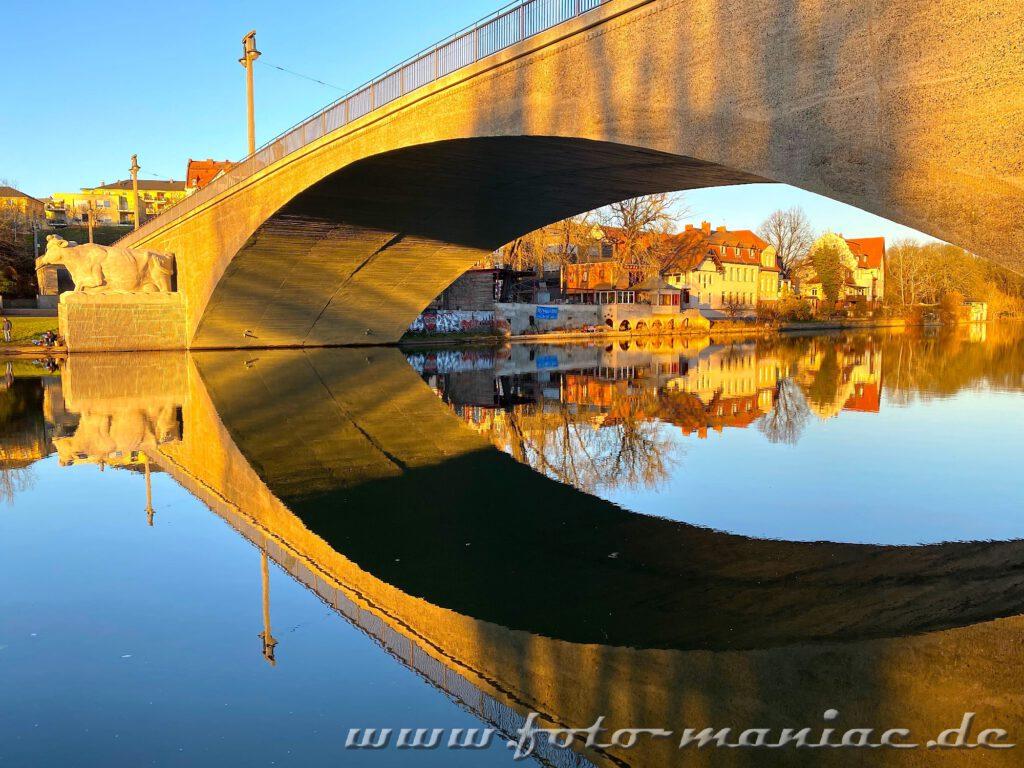 Die Giebichensteinbrücke spiegelt sich in der Saale und gehört zu den fotogenen Ecken in Halle