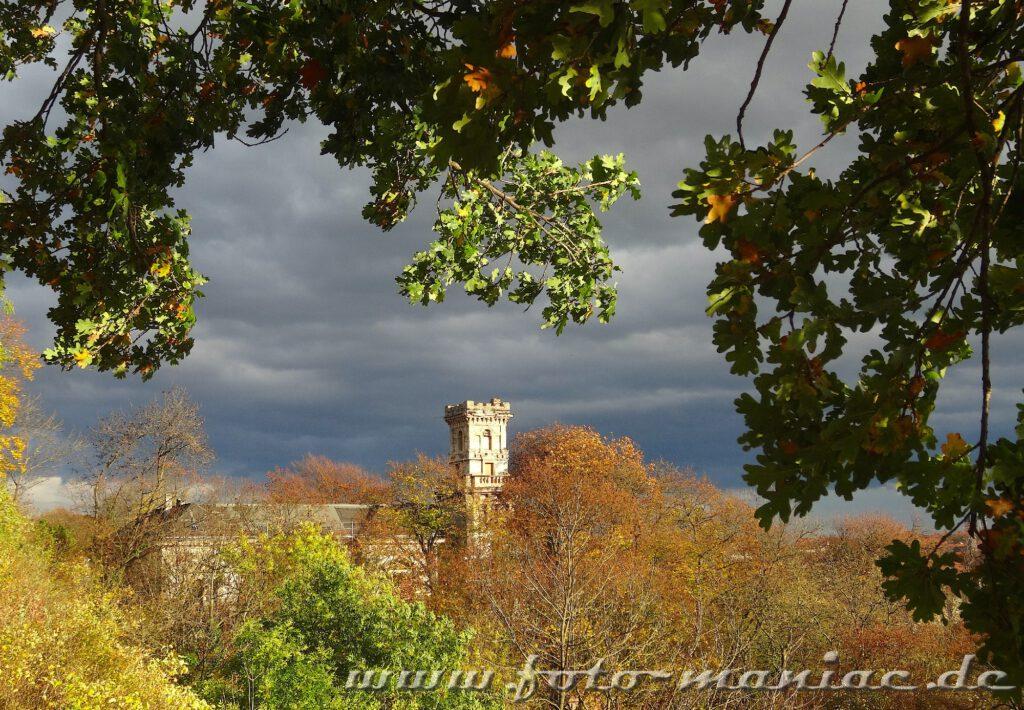 Zwischen Bäumen ist der Turm der Lehmannschen Villa zu sehen, ein tipp für fotogene Ecken in Halle