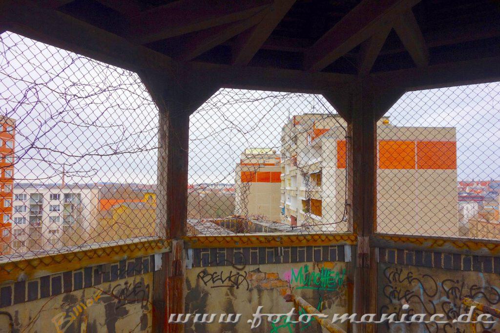 Blick aus einem Turm auf die Plattenbauten