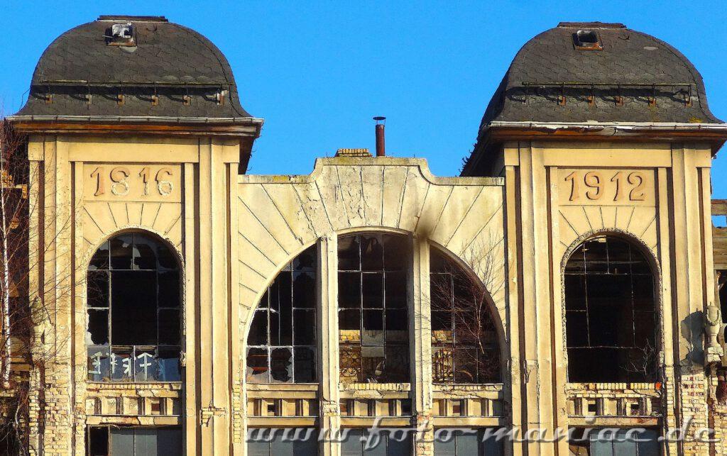 Oberer Teil der Jugendstilfassade der maroden Freyberg Brauerei in Halle