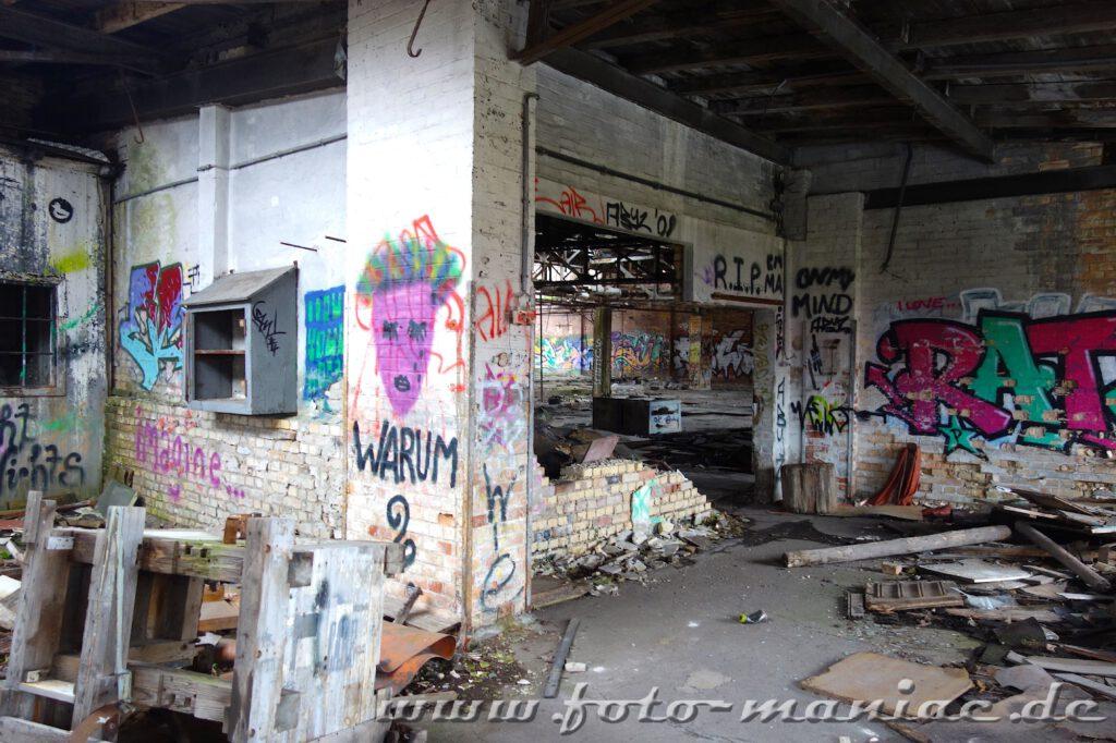 Marode Werkstatt mit Graffiti