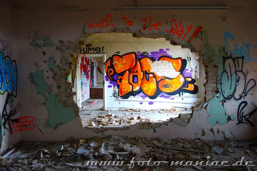 Loch in der Wand im Bürogebäude der maroden Freyberg Brauerei in Halle