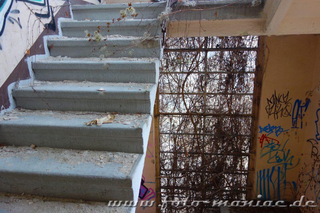 Treppe ohne Geländer im Bürogebäude