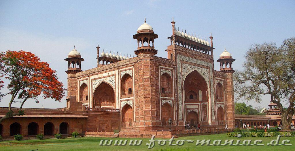Der Besuch des Taj Mahals, hier der Eingang, ist Teil einer Bustour durch Indien
