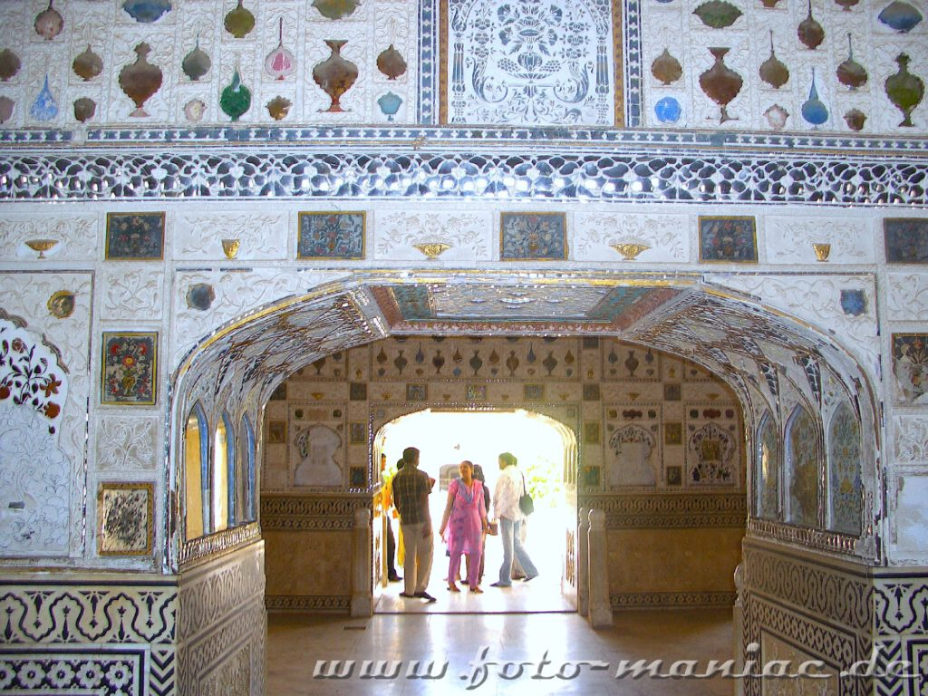 Den prächtigen Spiegelsaal kann man während einer Bustour durch Indien kennenlernen