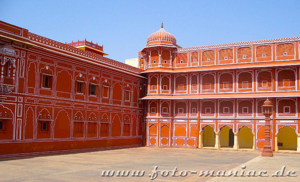 Auf der Busreise durch Indien ist der Stadtpalast von Jaipur eine Station