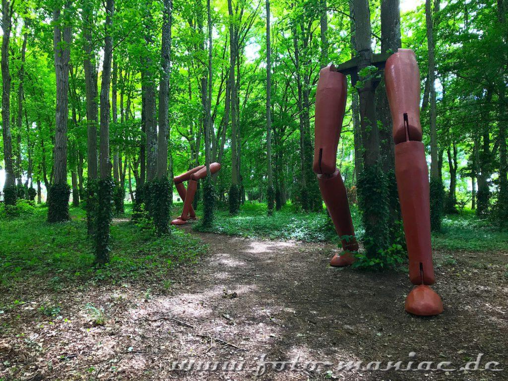 Beine im rennenden Wald des märchenhaften Chateau Rivau