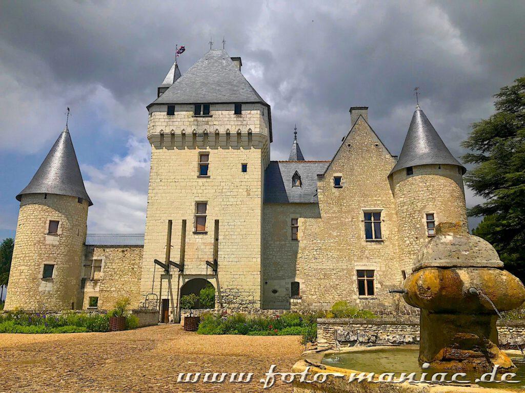 Schloss Rivau mit Brunnen im Vordergrund