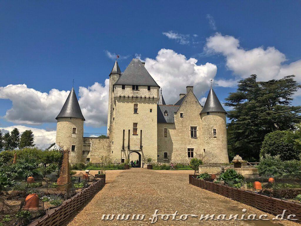 Vorbei an Beeten führt der Weg zum Chateau Rivau