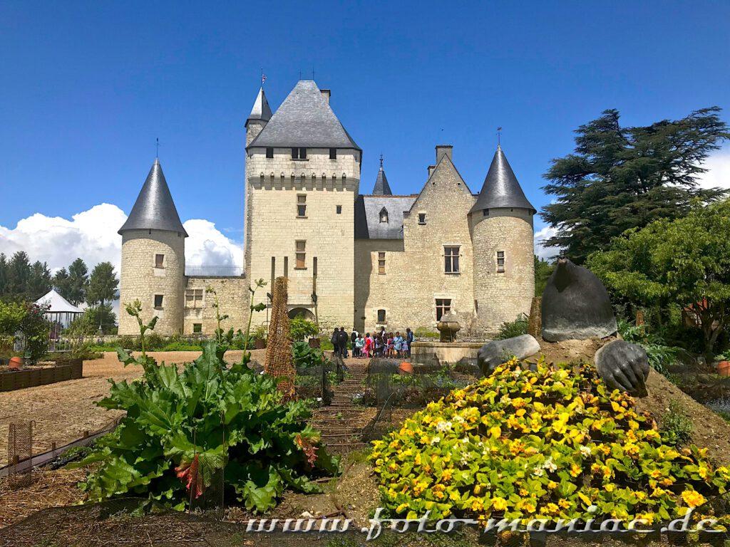 Ein Maulwurf sitzt vor dem märchenhaften Chateau Rivau in einem Beet-Hügel