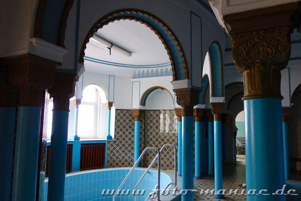 Säulen im Saunabereich im farbenprächtigen Stadtbad Leizig