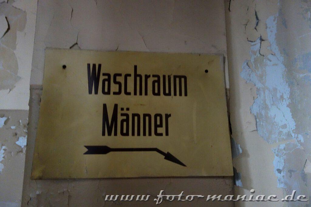 Hinweisschild im farbenprächtigen Stadtbad Leipzig