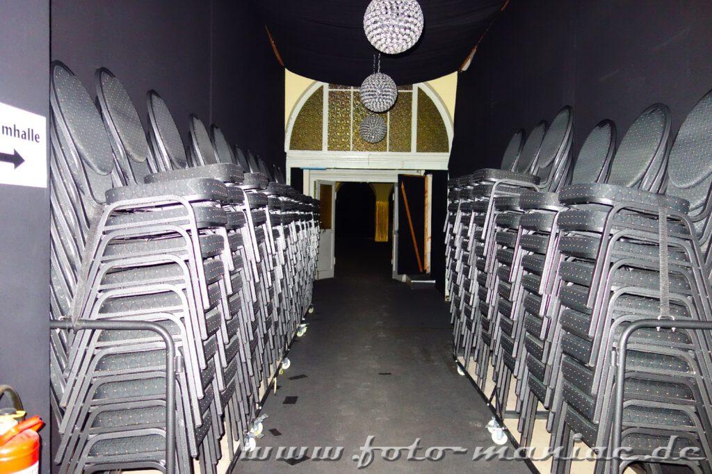 Gestapelte Stühle