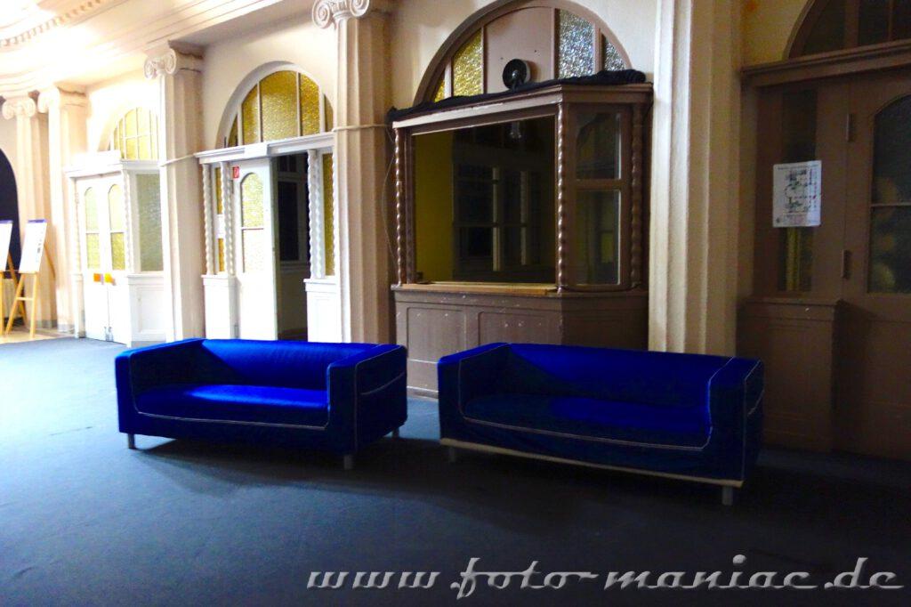 Zwei Sofas im Foyer des Stadtbads