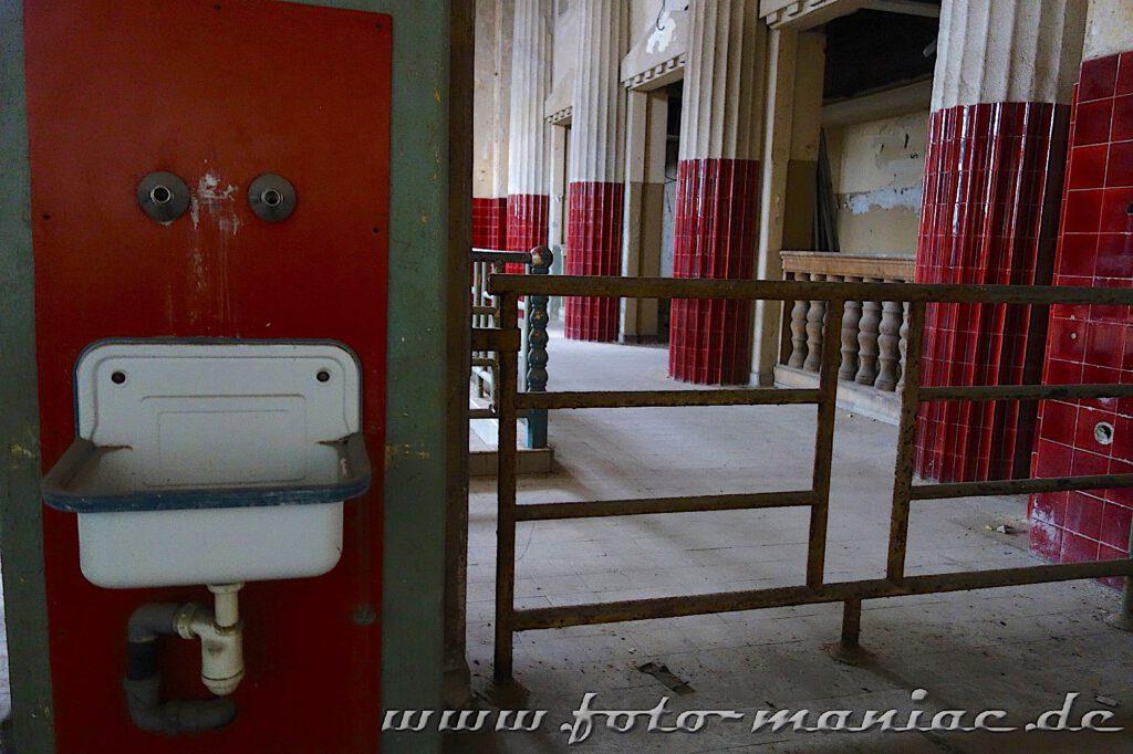 Waschbecken in der Frauenschwimmhalle im prächtigen Stadtbad Leipzig