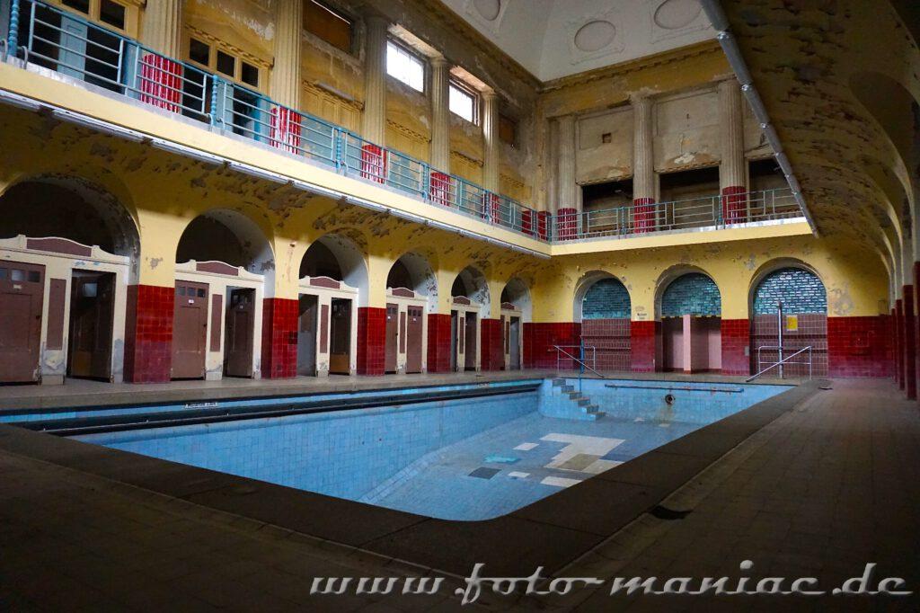 Leeres Becken in der Frauenschwimmbad im farbenprächtigen Stadtbad in Leipzig