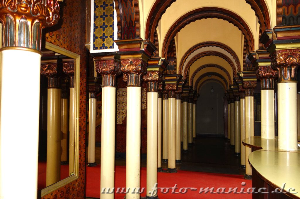 Säulengang im prächtigen Stadtbad Leipzig