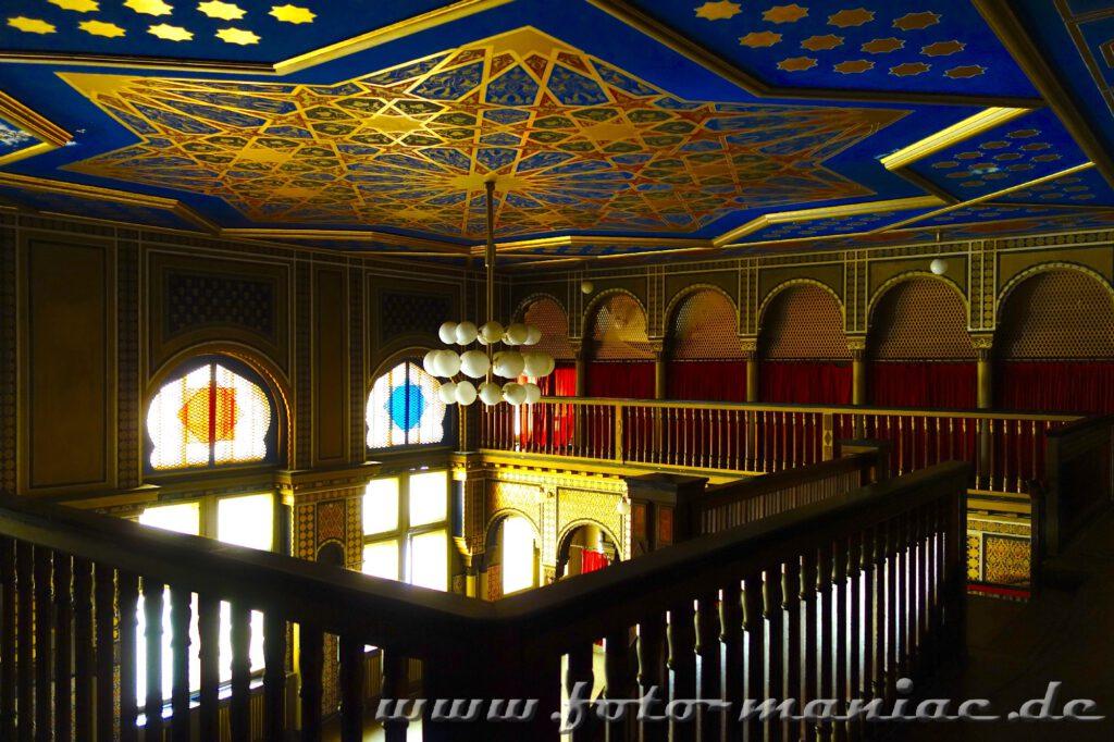 Orientalische Ornamente in Gold, Blau und Rot