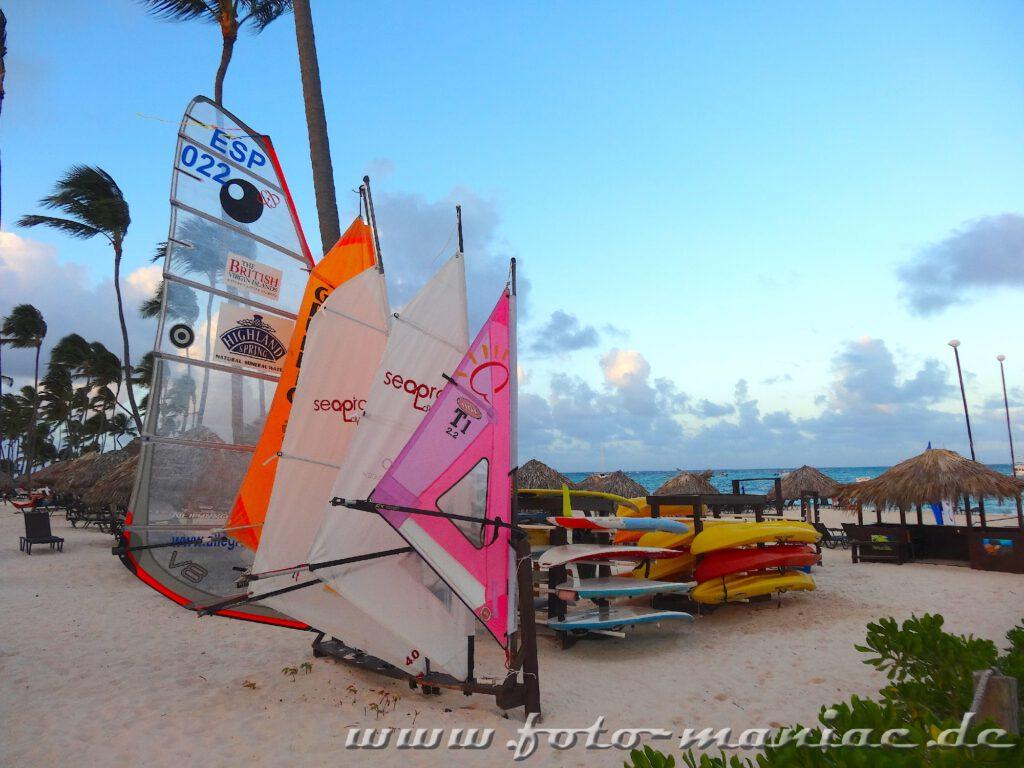Boote und Segel zum Ausleihen am Strand