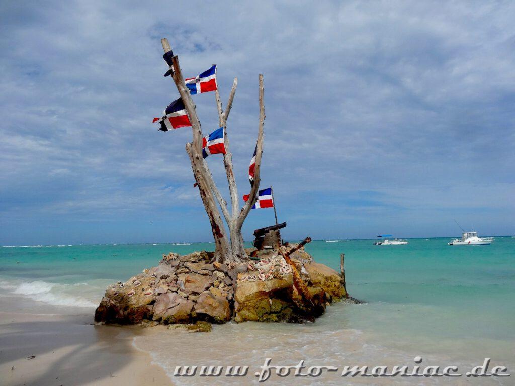 Steininsel mit den Flaggen der Dominikanischen Republik
