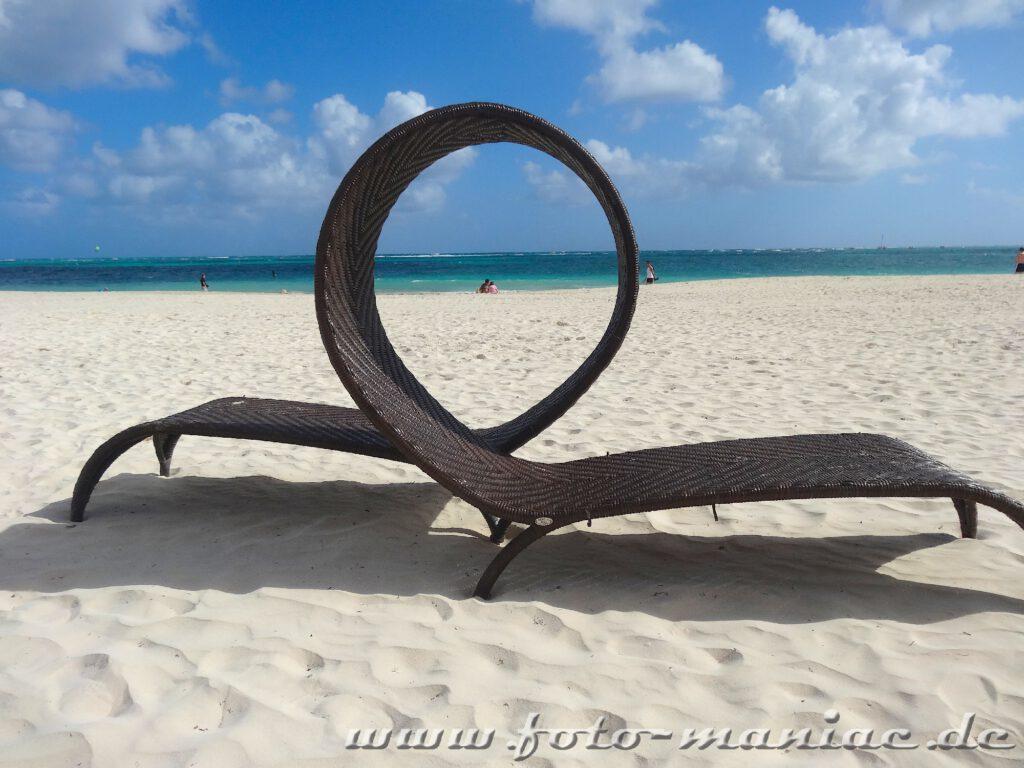 Strandliege im Paradies in der Karibik