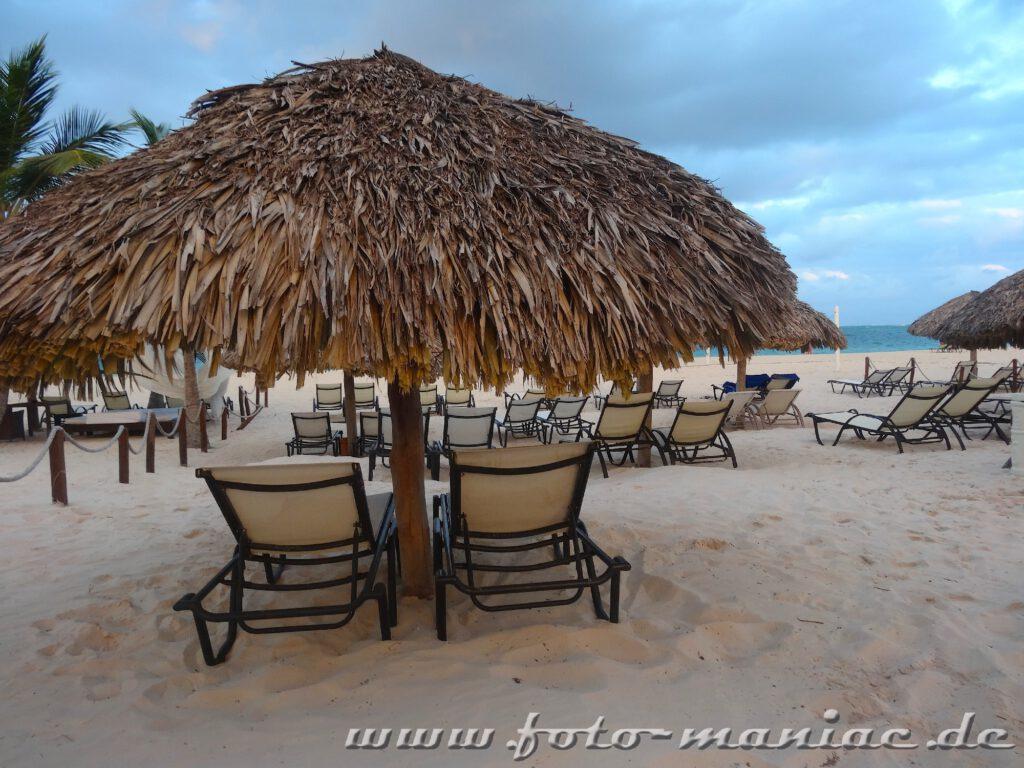 Leere Strandliegen in Punta Cana