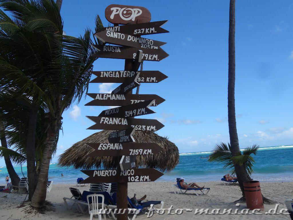 Wegweiser aus dem Paradies in der Karibik