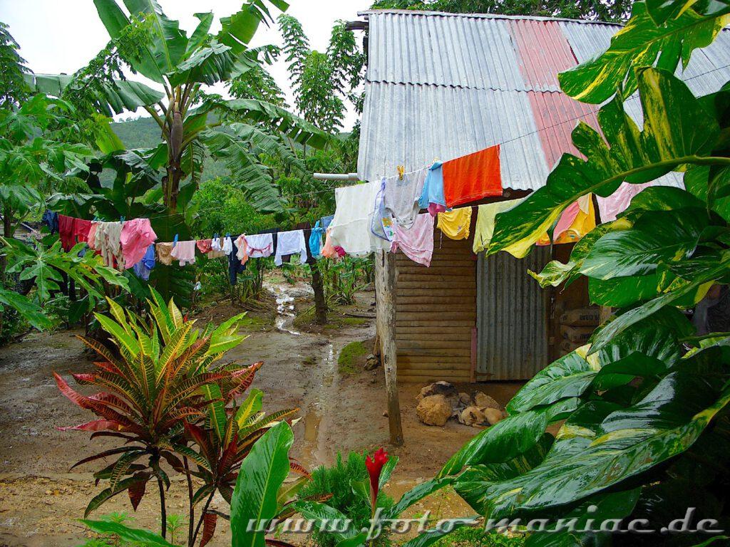 Wäsche hängt zum Trocknen auf der Leine