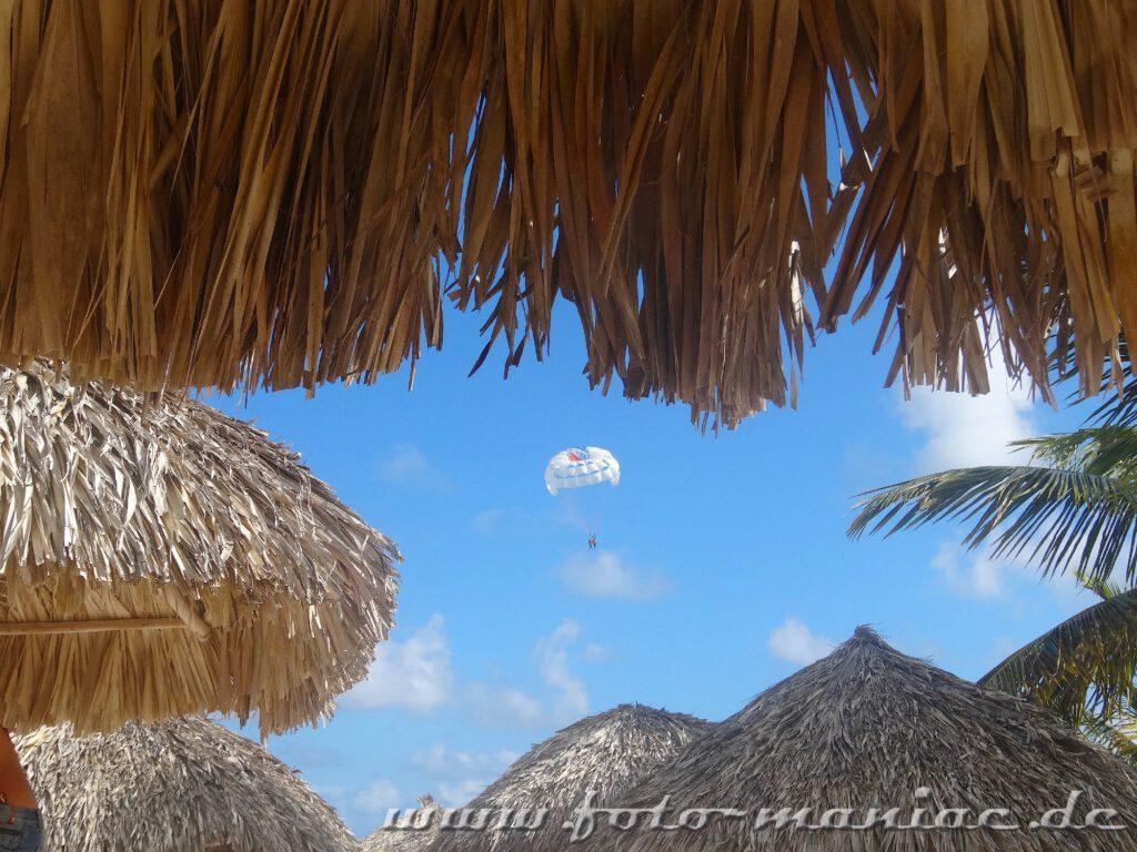 Am Fallschirm im Paradies in der Karibik