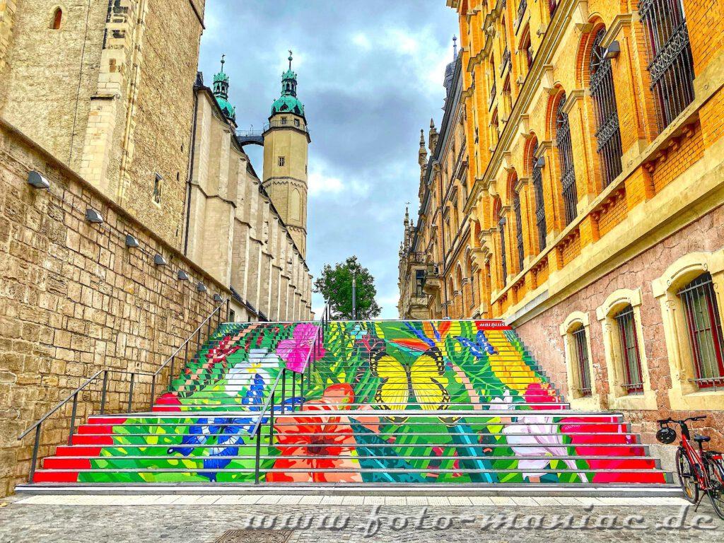 Streetart in Hallle: Blumen und Schmetterlinge auf einer Treppe