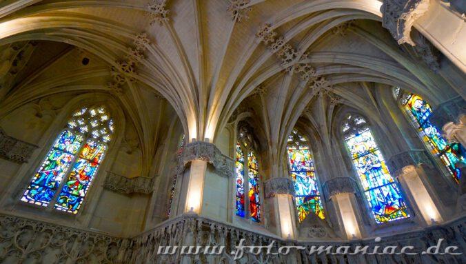 Gewölbedecke mit Buntglasfenstern in der Hubertuskapeel im Schloss Amboise