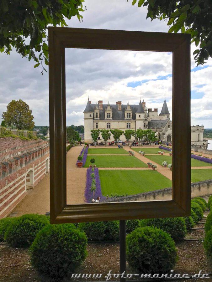 Beim Besuch im Schloss Amboise kann man durch einen Bilderrahmen auf Gebäude und Garten blicken