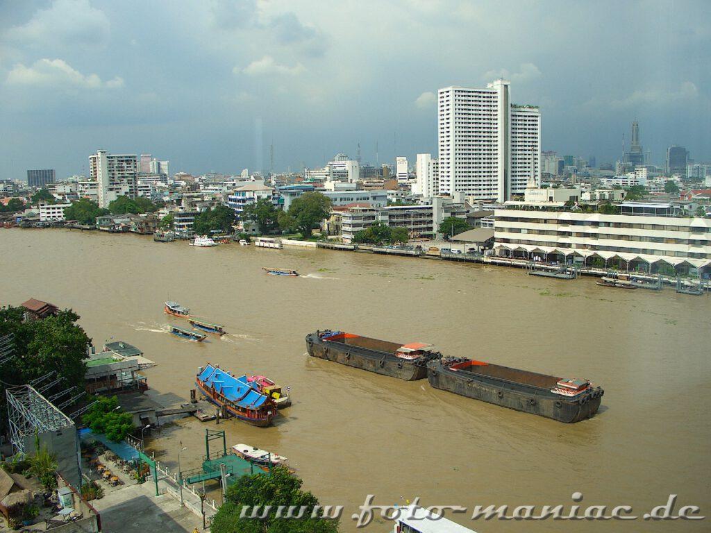 Blick aus einem Hotelfenster auf den Chao Phraya