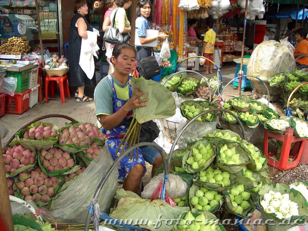 Thailands schmucke Juwelen - Blumenbinderin auf einem Markt in Bangkok