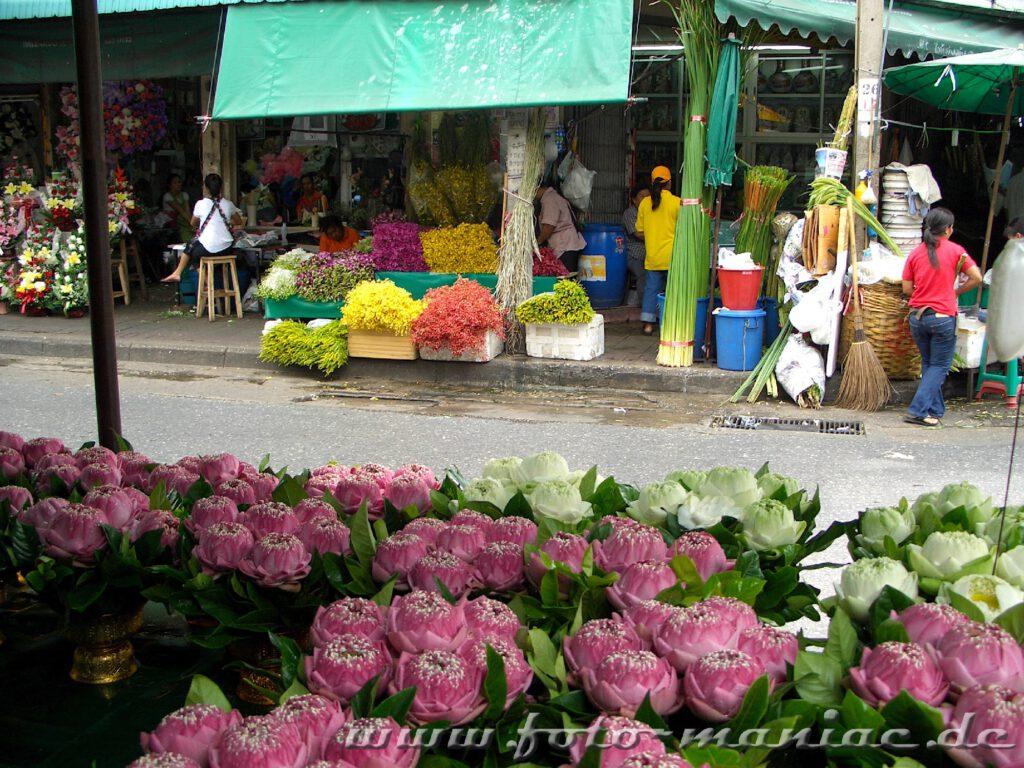 Jede Menge Blumen und Früchte auf Bangkoks Märkten