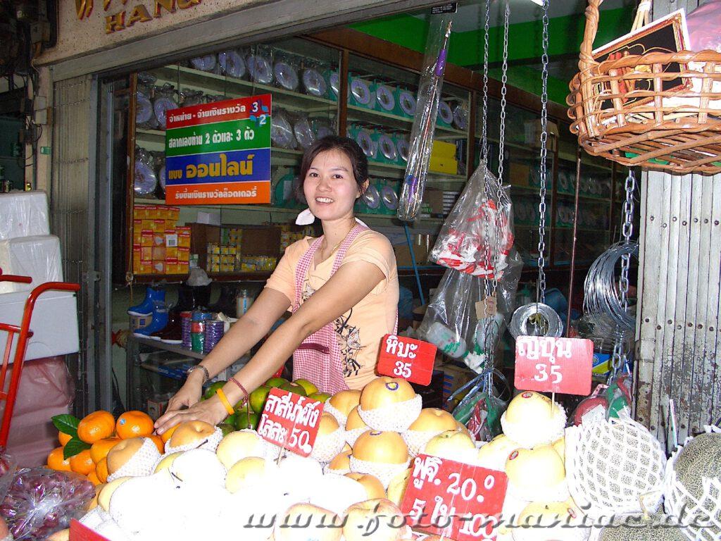 Gemüseverkäuferin auf einem Markt in Bangkok