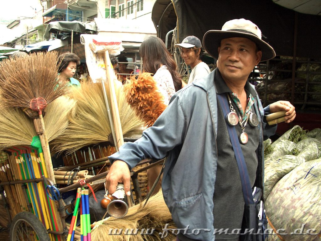 Verkäufer von Bürsten und Besen auf einem Markt in Bangkok