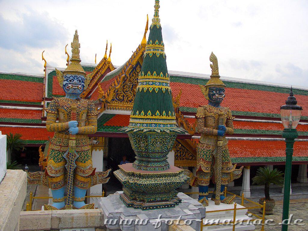 Riesenwächter vor der Tempelanlage