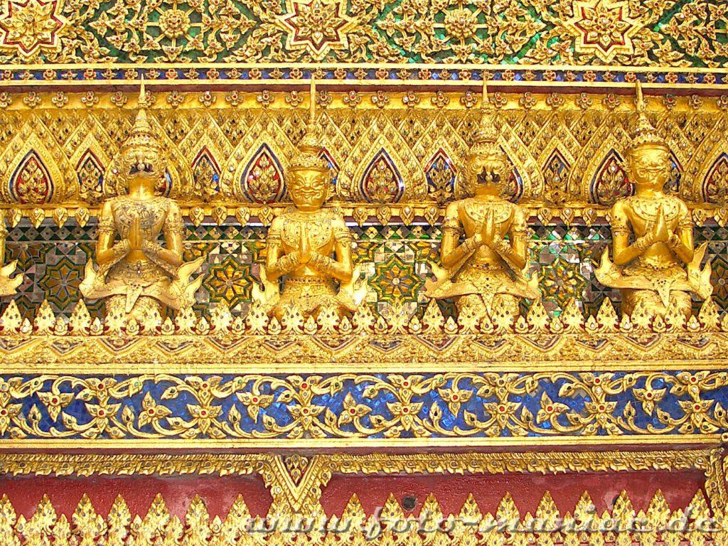 Thailands schmucke Juwelen - goldene Ornamente und Figuren, soweit das Auge reicht
