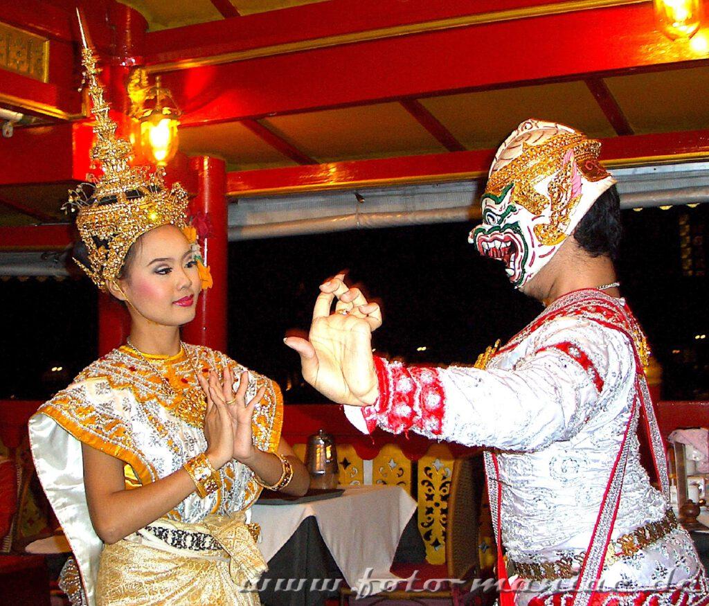 Tanz in prächtigen Kostümen