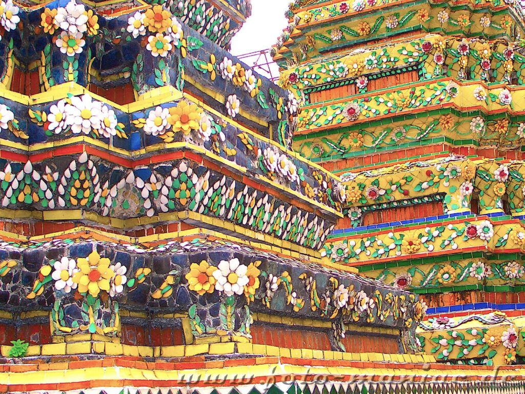 Farbenprächtige Kacheln im Wat Pho Tempel in Bangkok