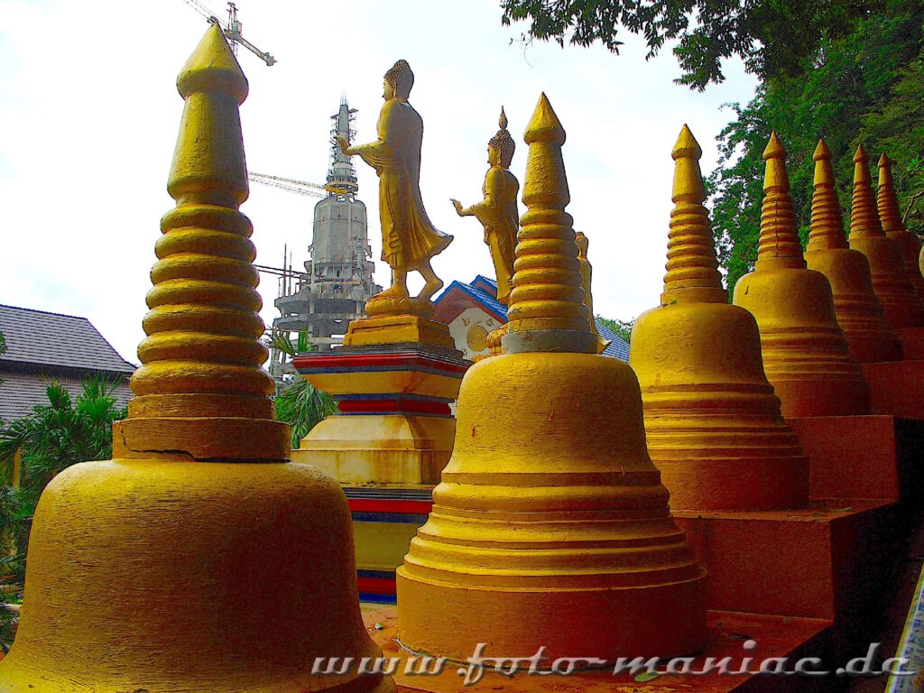 Thailands schmucke Juwelen - viele goldene Stupas