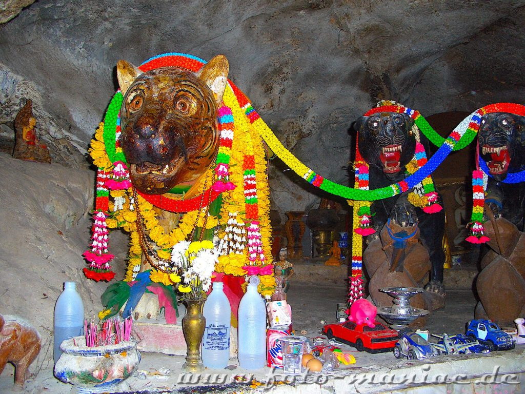 Geschmückte Tiger-Figuren in der Tigerhöhle