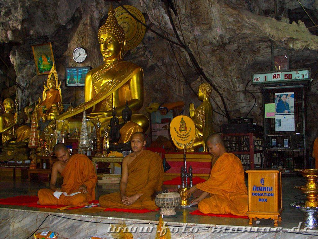 Mönche vor Buddhafiguren in der Tigerhöhle