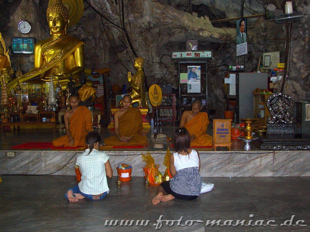Mönche und Pilger in der Tigerhöhle