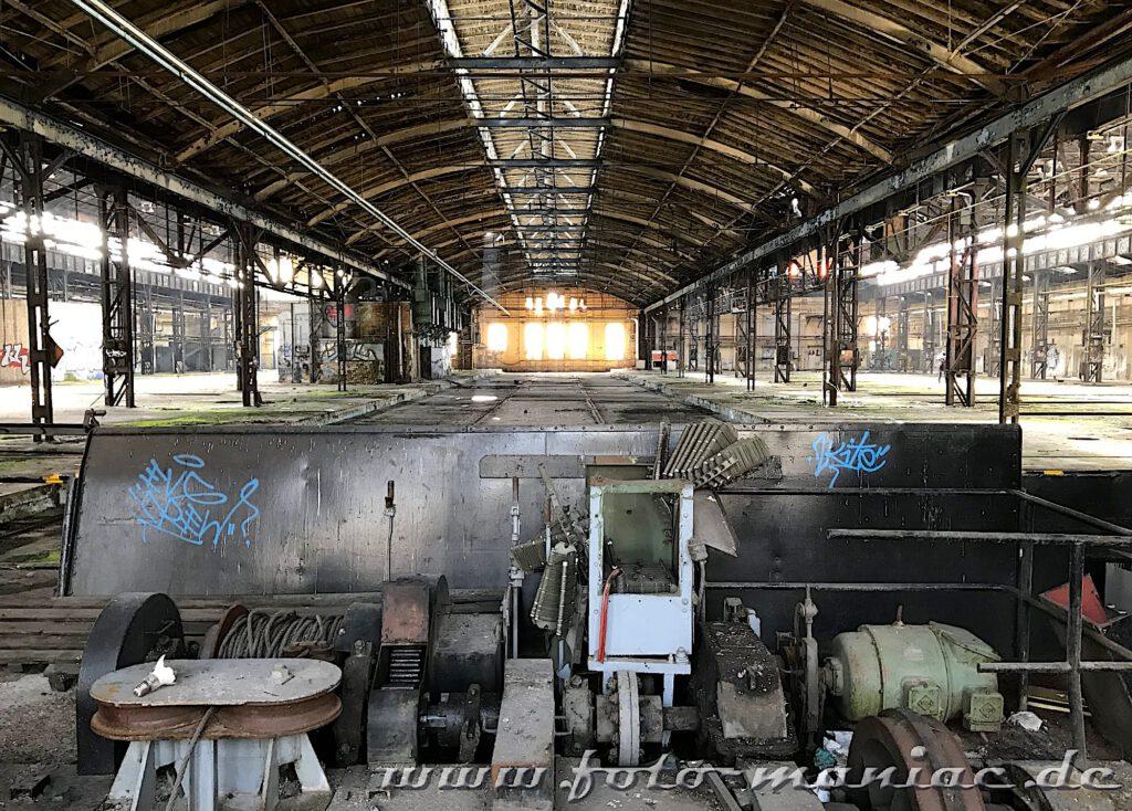 Das verlassene RAW in Halle - Blick in eine Werkhalle