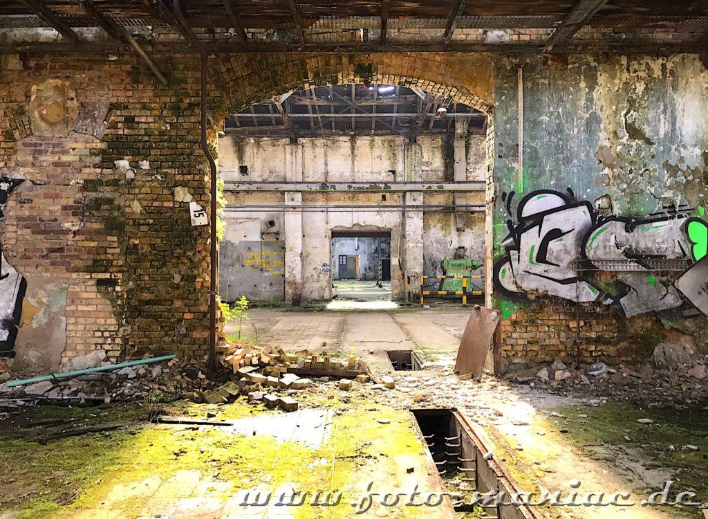 Durch die Wandöffnungen kann man von einer Halle in die nächste schauen